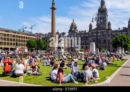 Glasgow, Ecosse, Royaume-Uni. 12 Juin, 2015. À l'heure du déjeuner un grand nombre de personnes de l'bureaux du Banque D'Images