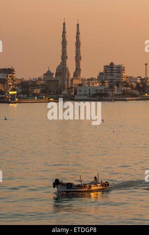PORT SAID/Egypte - 2 janvier 2007 - Petit bateau de pêche assez passant dans le canal de Suez Banque D'Images