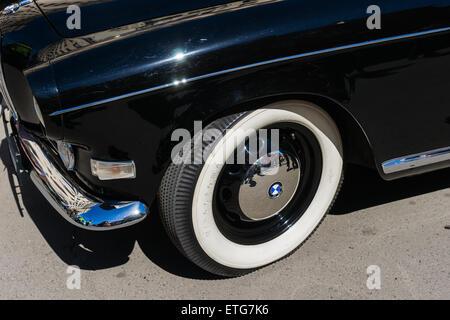 Moscou, Russie. 13 Juin, 2015. La quatrième Moskau Bosch Klassik old timer rallye automobile a commencé à partir Banque D'Images