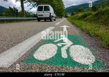 Signe vert et blanc peint sur la piste cyclable sur la route, cycle moyen cycle-lane, voie cyclable France