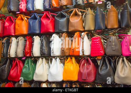 0f01d0574ea ... ISTANBUL - 3 mai   sacs contrefaites en vente sur la rue étroite autour  de Grand