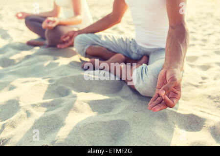 Close up of couple faisant les exercices de yoga en plein air Banque D'Images