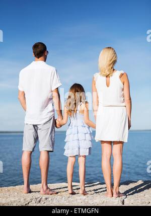 Famille heureuse au bord de la mer Banque D'Images