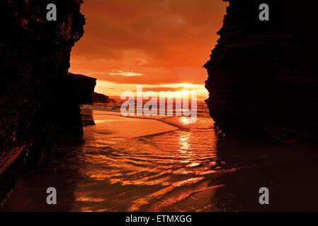 L'Espagne, la Galice: le coucher du soleil entre les rochers à la plage Praia comme Catedrais Banque D'Images