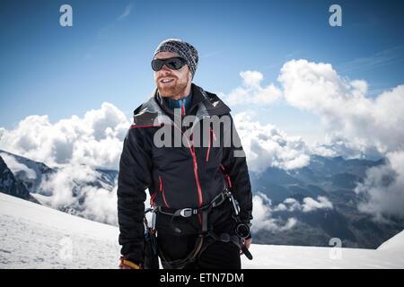 Mid adult man sur le sommet d'Breithornsattel, Zermatt, Suisse Banque D'Images