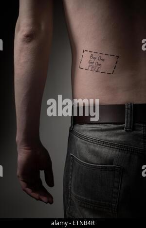 Homme avec un l'achat un obtiennent un tatouage gratuit sur son dos Banque D'Images