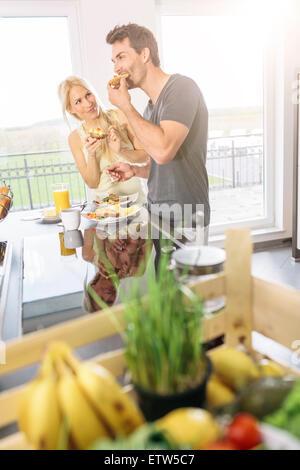 Couple de prendre le petit déjeuner dans la cuisine du week-end Banque D'Images