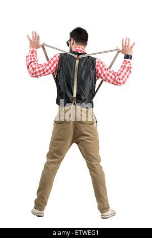 Vue arrière de l'étirement hipster des bretelles. La pleine longueur du corps portrait studio isolated over white Banque D'Images