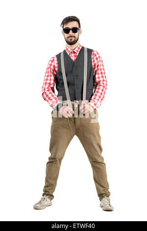 Les jeunes barbus tirant hipster de bretelles. La pleine longueur du corps portrait studio isolated over white background. Banque D'Images