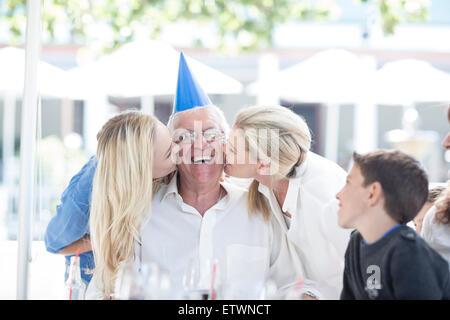 Célébrer l'anniversaire de grand-père de famille au restaurant Banque D'Images