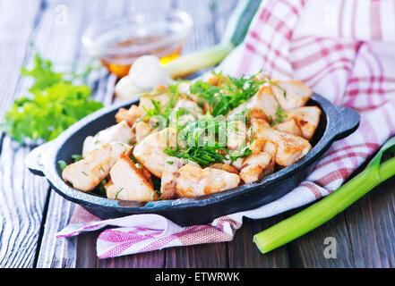 Une viande dans la casserole et sur une table Banque D'Images