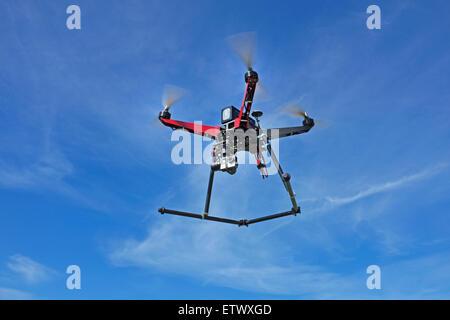 Un drone quadcopter, équipé d'une caméra gopro, en fuite. Banque D'Images