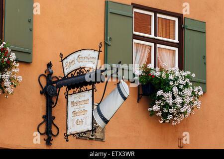 Sign shop traditionnels à l'extérieur du bâtiment, Dinkelsbuhl altstadt, Franconia, Bavaria, Germany Banque D'Images