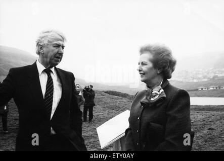 Le premier ministre Margaret Thatcher avec Peter Walker Secrétaire gallois vu ici dans la vallée, au cours d'une Banque D'Images