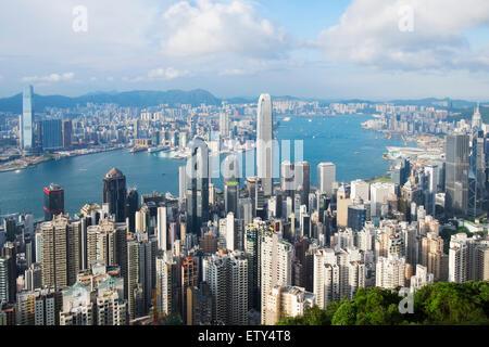 Skyline de jour de Hong Kong et le port de Victoria de la pointe sur une journée claire Banque D'Images