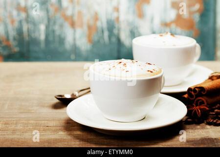 Deux tasses de café sur la vieille table en bois Banque D'Images