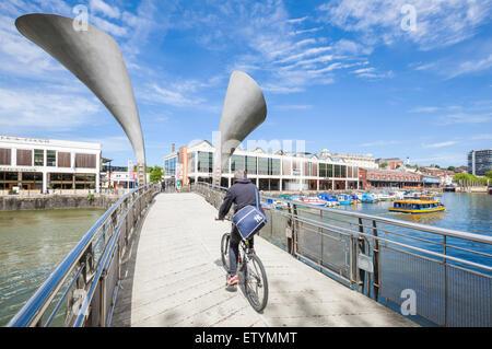 Traversée du pont cycliste Pero sur St Augustine's atteindre le port de Bristol Bristol Avon England UK GB EU Europe