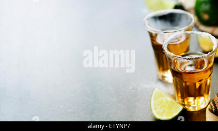 Tequila shots avec de la chaux et de sel sur fond rustique Banque D'Images