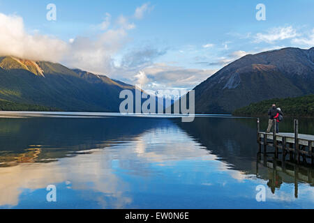 Couple looking at Lake Rotoiti, Nelson Lakes National Park, New Zealand, Banque D'Images