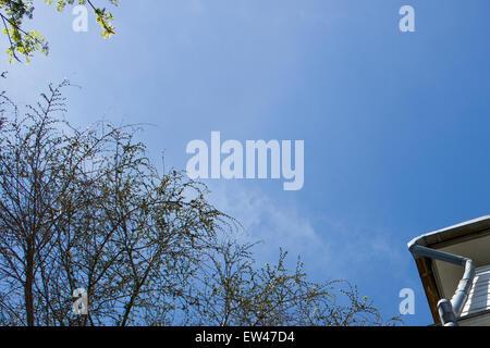 Gutter sous un ciel nuageux ciel bleu Banque D'Images