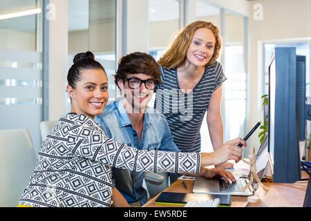 Les concepteurs professionnels travaillant sur ordinateur Banque D'Images