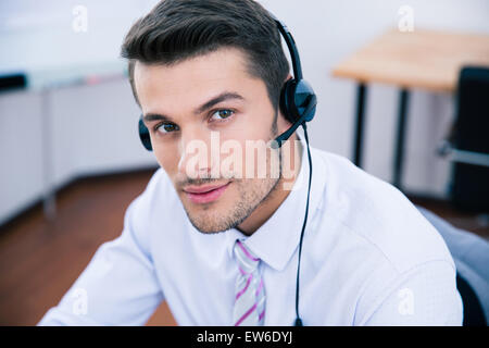 Portrait d'un beau mâle avec l'opérateur de casque in office