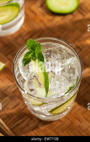 Glace rafraîchissante avec de l'eau de concombre à la Menthe et citron vert Banque D'Images