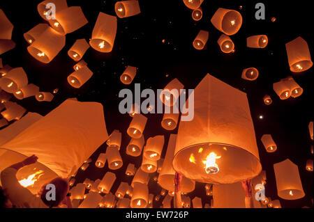 Lanterne flottante dans Yee Peng festival, lanternes flottantes bouddhiste au Bouddha dans le district de Sansai Banque D'Images
