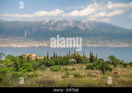 Avis de Pieve di Tremosine au Lac de Garde et le Mont Baldo, Brescia, Italie Banque D'Images