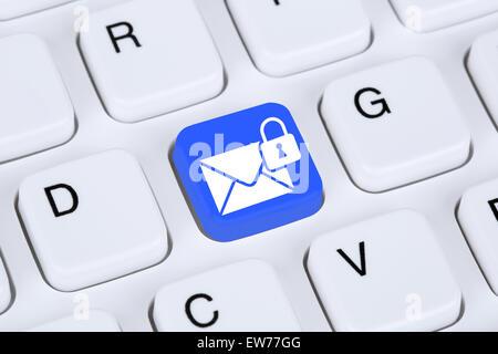 L'envoi d'E-mail crypté sécurisé protection mail via internet sur le clavier de l'ordinateur avec symbole lettre Banque D'Images