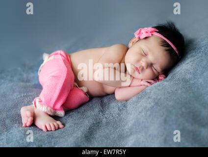 Baby Girl smiling dans son sommeil Banque D'Images