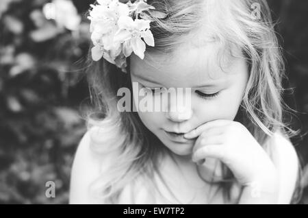 Portrait d'une jeune fille avec des fleurs dans ses cheveux Banque D'Images