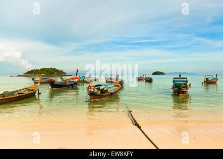 Bateaux traditionnels thaïlandais sur la plage, Koh Lipe, Thaïlande. Banque D'Images