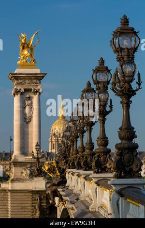 Le Pont Alexandre III très orné avec l'Hôtel des Invalides au-delà, Paris, France