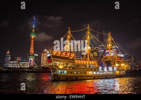 Bateau touristique éclairé en face de l'Oriental Pearl TV Tower et Centre mondial des finances de Shanghai, le Bund, Banque D'Images