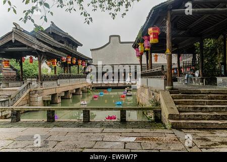 Ponts sur canal bordé de lanternes chinoises Banque D'Images