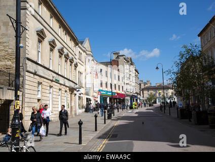 Principaux commerces High Street, dans le centre-ville, Chippenham, Wiltshire, Angleterre, Royaume-Uni Banque D'Images