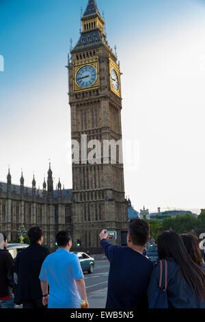 Les touristes de prendre une photo de selfies Big Ben à partir de Westminster Bridge London England UK Banque D'Images