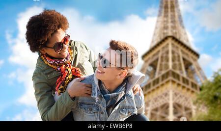 Heureux couple sur paris tour eiffel Banque D'Images