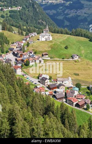 Vue aérienne du village et de la vallée du Cordevole Laste de Sass de Rocia, Dolomites italiennes Banque D'Images