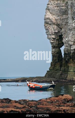 Vue panoramique dans la région ensoleillée de l'été, de ciel bleu, mer calme & bateau en bois amarré par arch off Banque D'Images