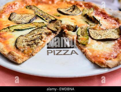 Dans l'image une pizza de blé entier à l'aubergine , courgette , la tomate et mozzarella de bufflonne napolitaine.( Banque D'Images