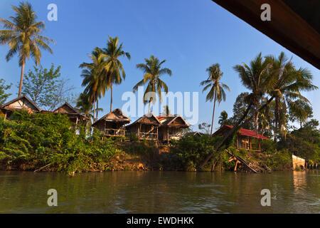 BUNGALOWS sur l'île de DET FAIT dans la région des Mille-Îles 4 (Si Phan Don) de la rivière du Mékong - Sud, Laos Banque D'Images