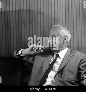 Deutscher Physiker, Schriftsteller und Fernsehjournalist Professeur Heinz Haber, Deutschland 1960 er Jahre. Physicien allemand, auteur et journaliste de télévision Heinz Haber, l'Allemagne des années 1960.