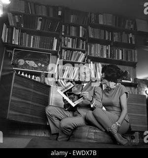 Deutscher Physiker, Schriftsteller und Fernsehjournalist Professeur Heinz Haber mit senneur Ehefrau Irmgard Koch, Deutschland 1960 er Jahre. Physicien allemand, auteur et journaliste de télévision Heinz Haber avec son épouse Irmgard Koch, l'Allemagne des années 1960.