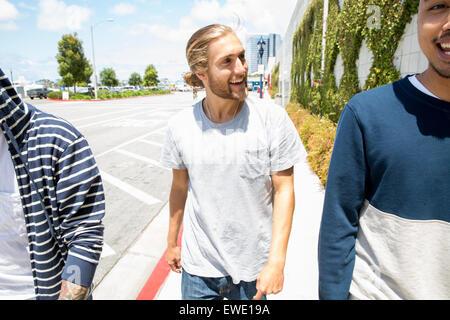 Trois jeunes hommes marchant le long d'un sentier la vie de rue Banque D'Images