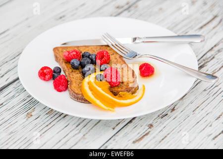 Sans gluten pain doré avec la cannelle, la muscade et les baies fraîches Banque D'Images