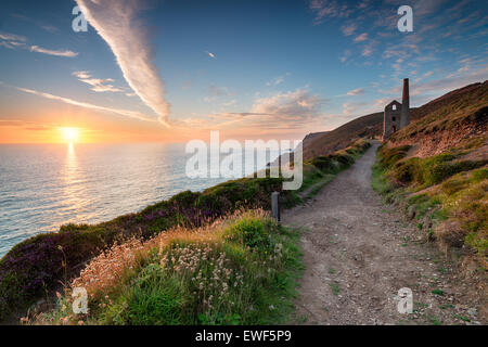 Coucher de soleil depuis le South West Coast Path comme il passe le Towanroath engine house et mène à St Agnes tête Banque D'Images