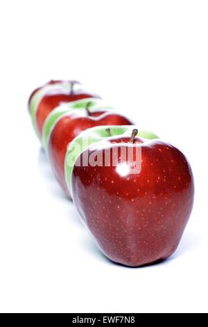 Close-up de pommes en ligne sur fond blanc Banque D'Images