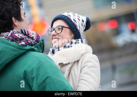 Romantic couple en ville pendant l'hiver Banque D'Images